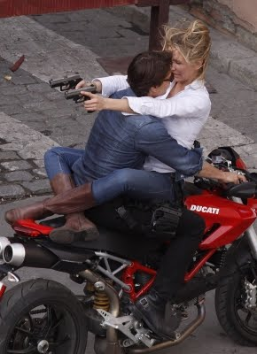 108461_cameron-diaz-points-two-guns-behind-tom-cruises-head-as-they-film-knight-and-day-in-seville-spain-on-december-9-2009